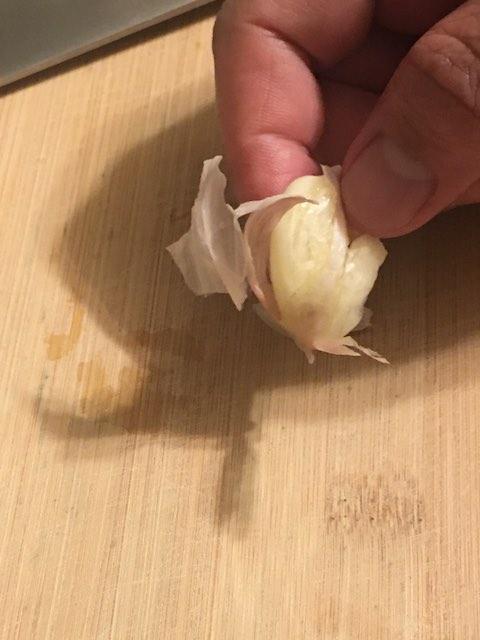 Peel garlic husk
